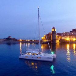 Outremer-Catamaran fährt nachts in den Hafen