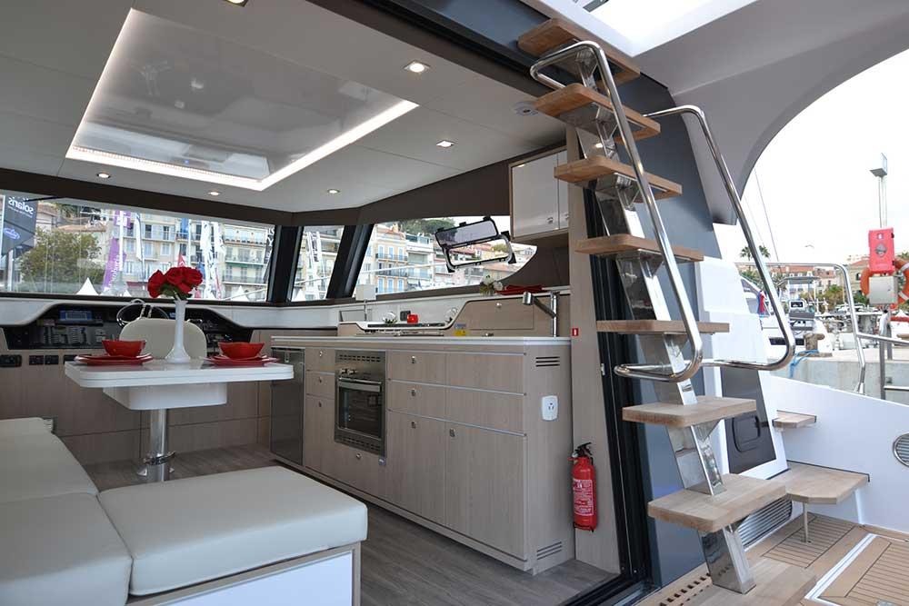 Aventura-10-POWER Salon und Cockpit mit Treppe zum oberen Fahrstand