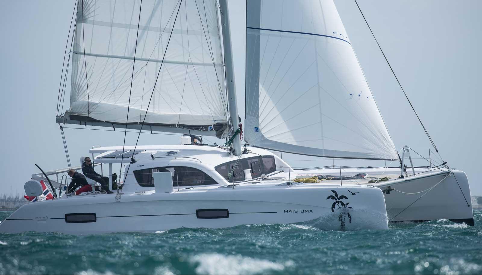 Outremer 45 segelt am Wind, Steuerbordansicht