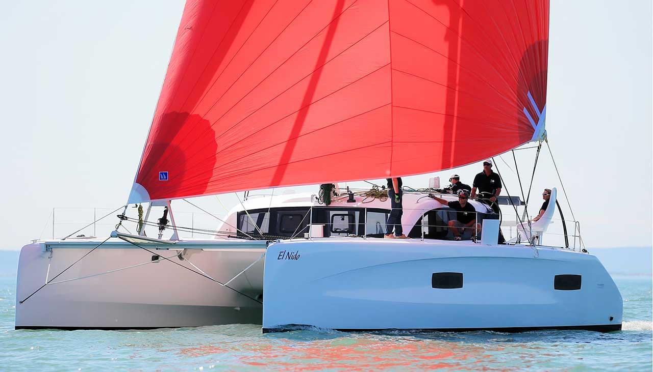 Outremer 45 segelt mit rotem Genaker
