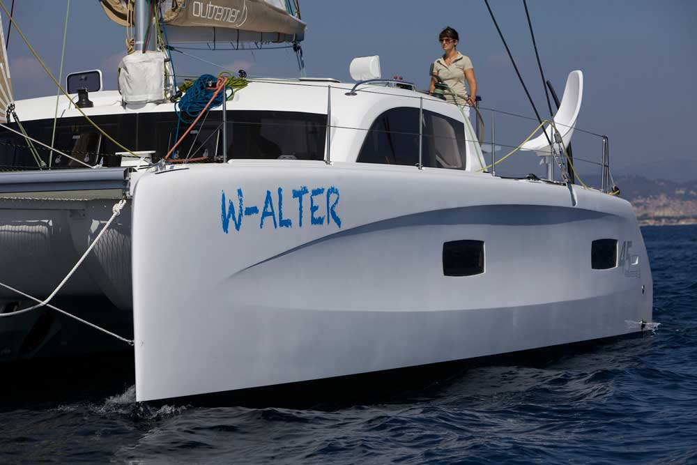 Junge Dame segelt Outremer 45