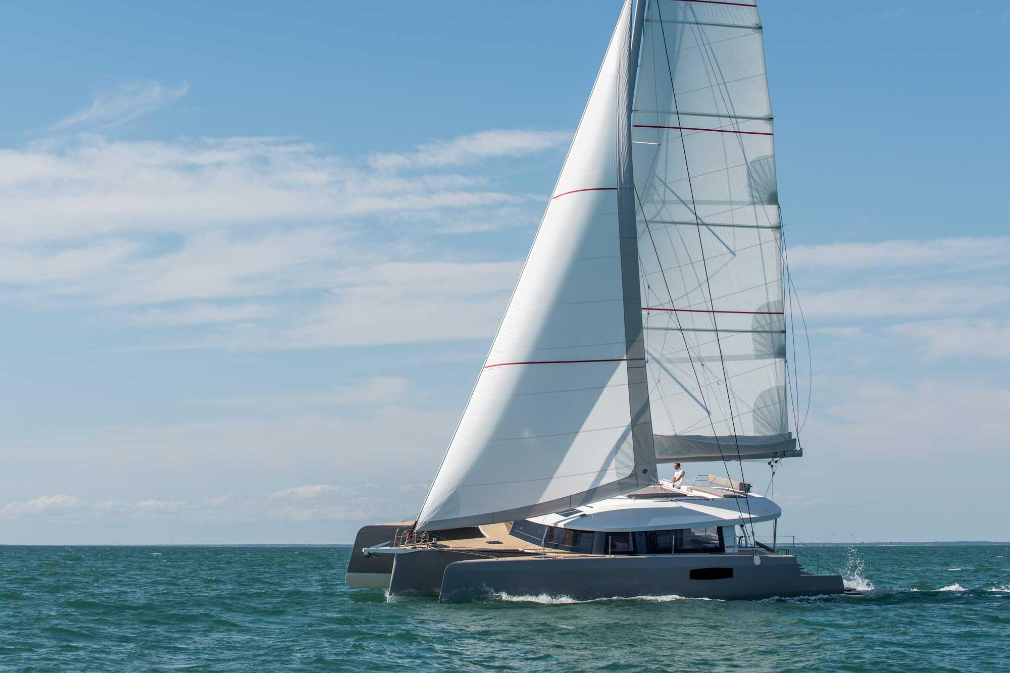 Trimaran NEEL 51 segelt am Wind