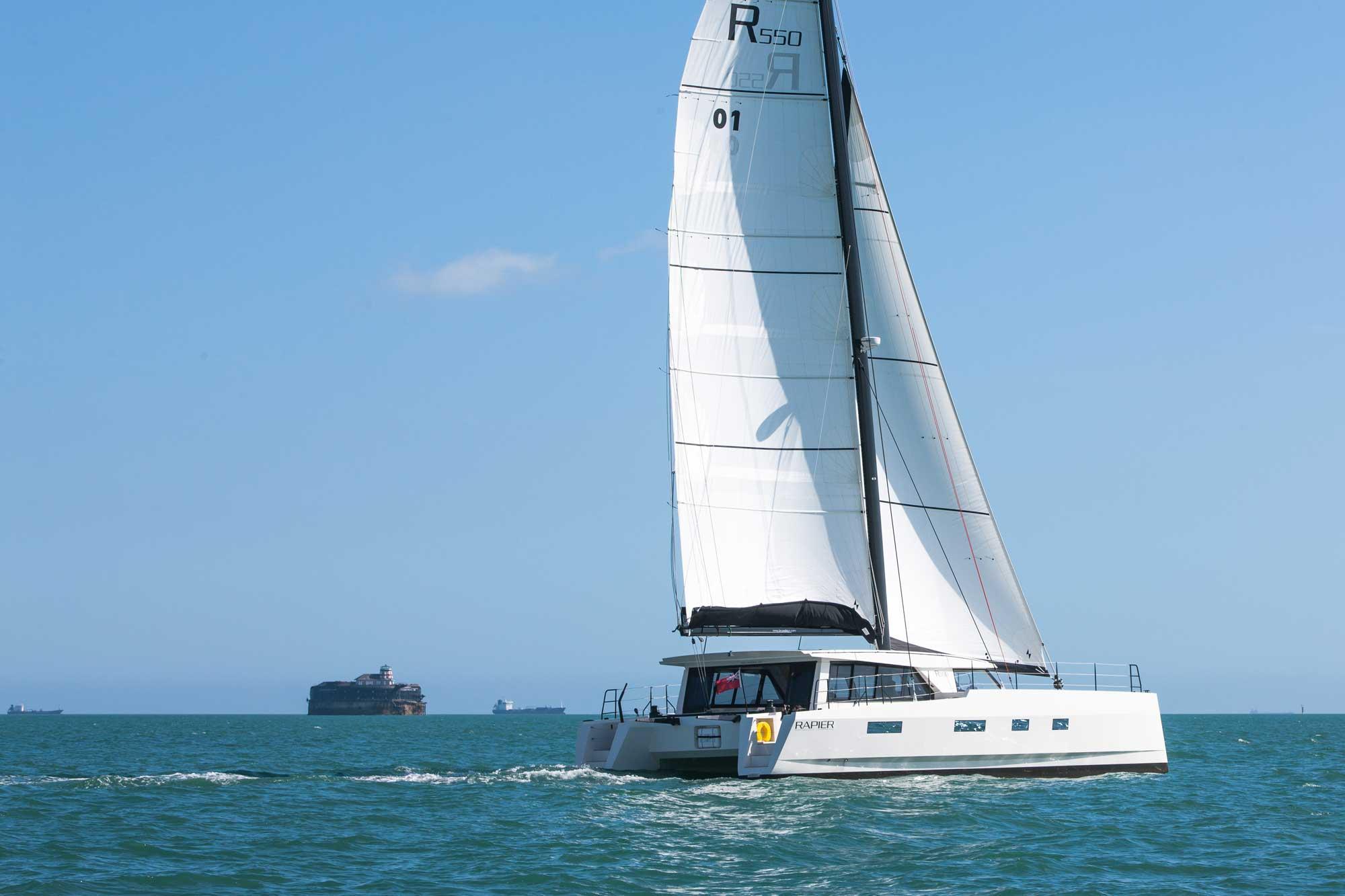 Broadblue Rapier 550 segelt mit Leuchtturm-Insel im Hintergrund