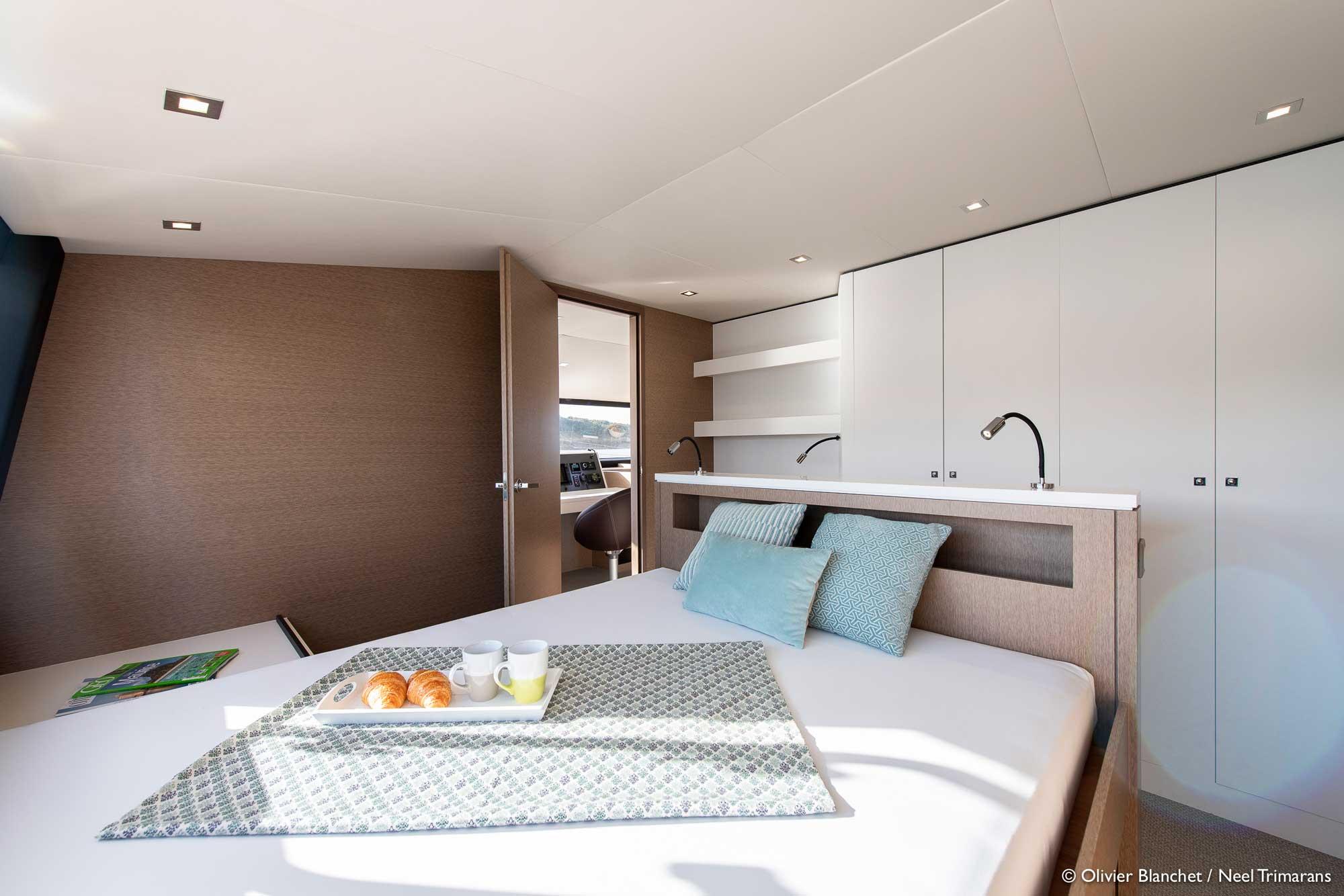Großes Bett in der Kabine vom Trimaran NEEL 65