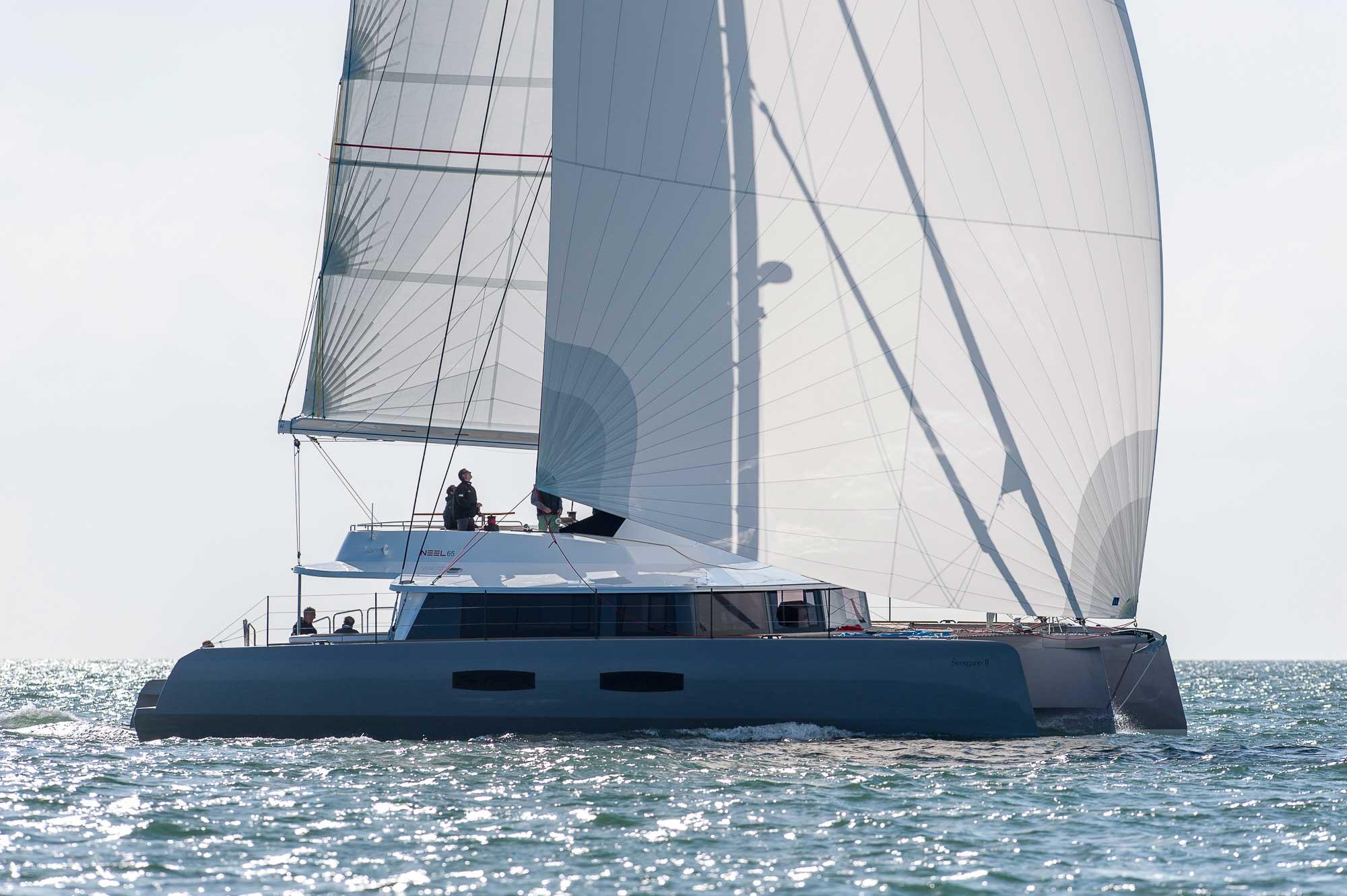 Trimaran NEEL 65 unter Segeln von Steuerbord gesehen