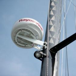Radar von Raymarine am Mast