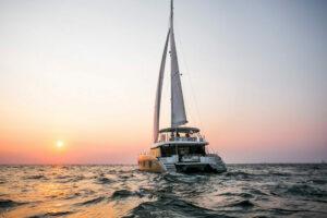 sunreef-50 sailing stern view
